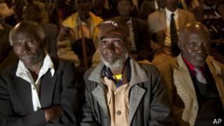 Veteranos de Mau Mau escuchan el anuncio del gobierno británico