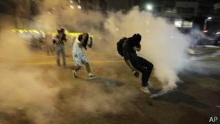 Polícia lançou gás lacrimogêneo e bombas de efeito moral contra manifestantes (AP)