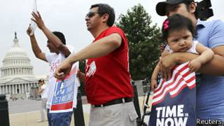 Ativistas a favor da reforma na lei de imigração (Foto Reuters)