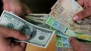 Negociação de dólares e bolívares na Venezuela (AFP)