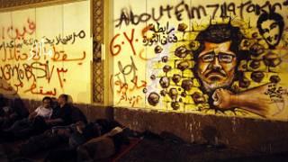 Manifestantes acampam em frente a parede grafitada do Palácio Presidencial egípcio, no Cairo (AFP - Getty Images)