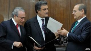 Vice-presidente Michel Temer e ministro da Justiça, José Eduardo Cardozo,  entegam propostas a Renan Calheiros (à dir.) Foto - Antônio Cruz/ABr