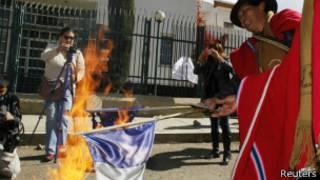 Manifestantes bolivianos protestam contra a França (foto: reuters)