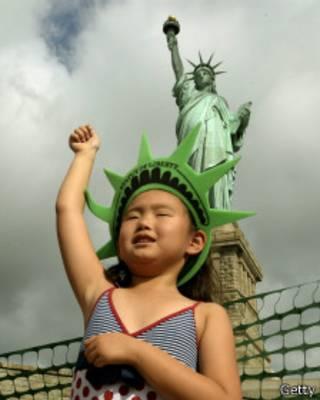 Юная монголка Софья Дагбародж у статуи Свободы