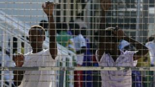 مهاجرون في معسكر لاجئين في جزيرة لامبيدوسا الإيطالية