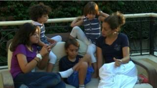 नबीला हामदी अपने पति और बच्चों के साथ
