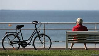 Idoso observa o mar na França (Reuters)
