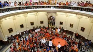 Сторонники и противники абортов в здании техасского сената 12 июля 2013 года