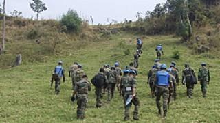 Des soldats des Nations unies effectuant une patrouille dans la montagne de Munigi, près de Goma.