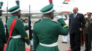 Shugaba Omar Al-Bashir yayin da ya isa Abuja