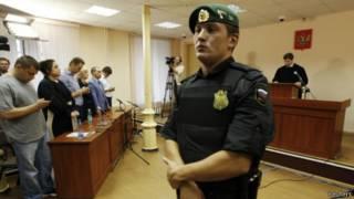 Cảnh phiên tòa xử ông Navalny (thứ ba từ trái sang)