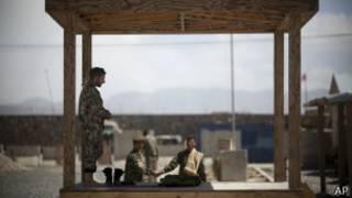 Солдат Афганской армии в провинции Логар во время пятничной молитвы