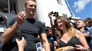 Жители Кирова приветствуют Алексея Навального 19 июля 2013 года