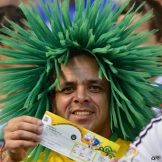 Torcedor com ingresso para a Copa das Confederações | Foto: AFP