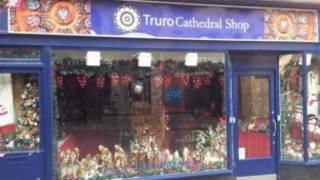 一家位於康沃爾郡特普羅的聖誕飾品店鋪在這個時候凖備開門迎客。