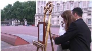 白金漢宮前院豎起牌子宣佈王室寶寶誕生的消息