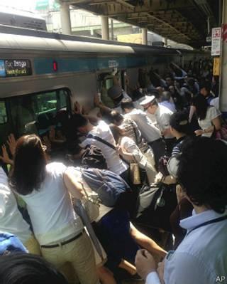 जापान में यात्रियों ने ट्रेन को झुकाया