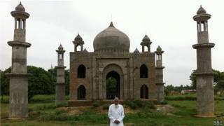 Faizul Hasan Quadri e seu 'Taj Mahal' | Foto: BBC