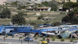 Cimetière de bateaux utilisés par des migrants africains à Lampedusa.