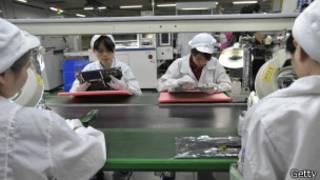 Работники завода компании Foxconn