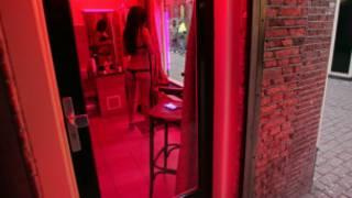 Hollanda Kırmızı Fener Sokağı'nda bir seks işçisi
