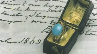 鑲有綠松石色土耳其玉的金戒