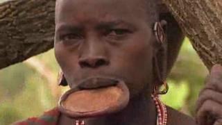 Đĩa đất để bành môi của phụ nữ bộ tộc tại Ethiopia