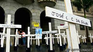 Cruces en recuerdo de los presos muertos en Carandirú frente a la escuela de Derecho de la Universidad de Sao Paulo en abril, 2013