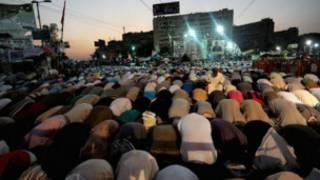 نمازگزاران معترض پیرامون مسجد رابعه العدویه