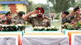 सैनिकों को श्रद्धांजलि देते सेना प्रमुख जनरल विक्रम सिंह और अन्य अधिकारी