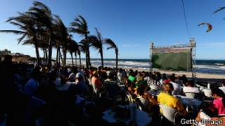 Torcedores assistem jogo na praia em Fortaleza | Foto: Getty