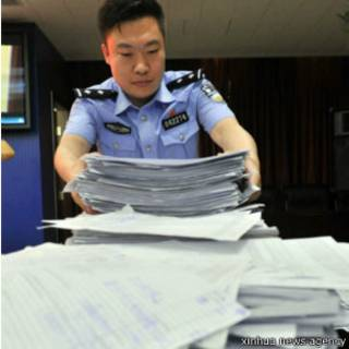 北京公安展示罪犯在网上窃取的大量公民信息(新华社图片)