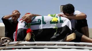 hombre junto a una urna en Bagdad, Irak