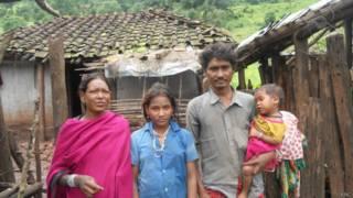 आदिवासी महिला झनको अपने परिवार के साथ
