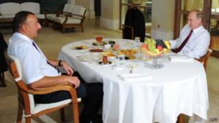 Владимир Путин и Ильхам Алиев пьют чай (Баку, 13 августа 2013 года)