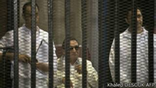 Hosni Moubarak et ses deux fils dans le box du tribunal lors de l'audience du 8 juin.