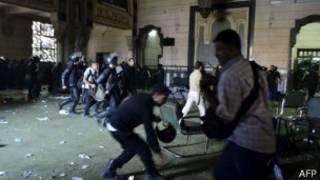 Policías dentro de la mezquita