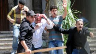Un blessé escorté par les forces de sécurité après la fin du siége de la mosquée d'al-Fateh au Caire.