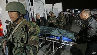 Traslado de cadáveres de senderistas abatidos