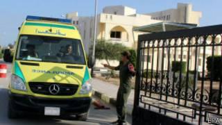 Xe cấp cứu chở thi thể cảnh sát