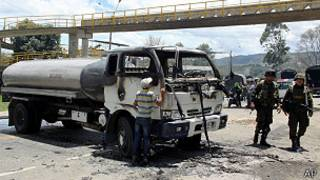 camión cisterna bloquea carretera cerca de Bogotá, Colombia