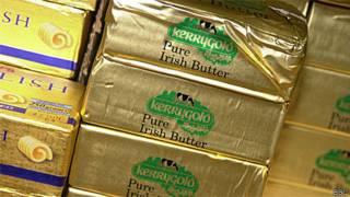 Manteiga em supermercado britânico (Arquivo/BBC)