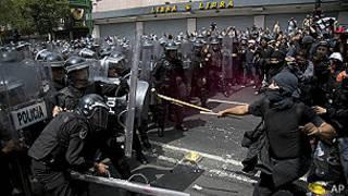 Enfrentamiento entre manifestantes y policías