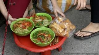 Quán ăn bên đường ở Hà Nội
