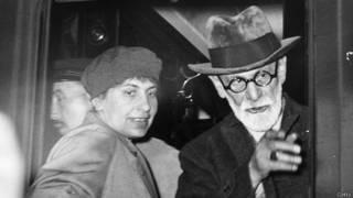 Anna Freud junto a su padre Sigmund