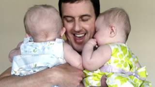 बच्चों की परवरिश करते एक पिता