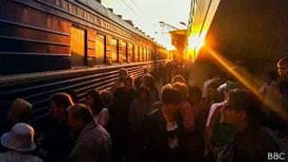 Поезд и пассажиры на платформе в Белоруссии