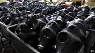 Máscaras antigás em fábrica de Israel