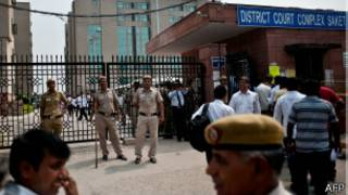 Полицейские у здания суда в Дели
