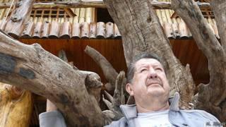 Walter Suárez bajo la casa flotante.